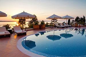 Veduta della piscina di un villaggio turistico al tramonto