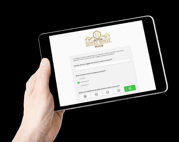 La funzione Sondaggi di Wi-Fi Hotel software hotspot visualizzata su un tablet.
