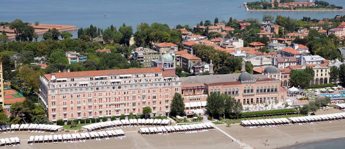 Veduta aerea dell'Hotel Excelsior Venice Lido Resort a Venezia.