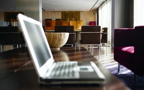 Laptop aperto sul tavolo di un hotel.