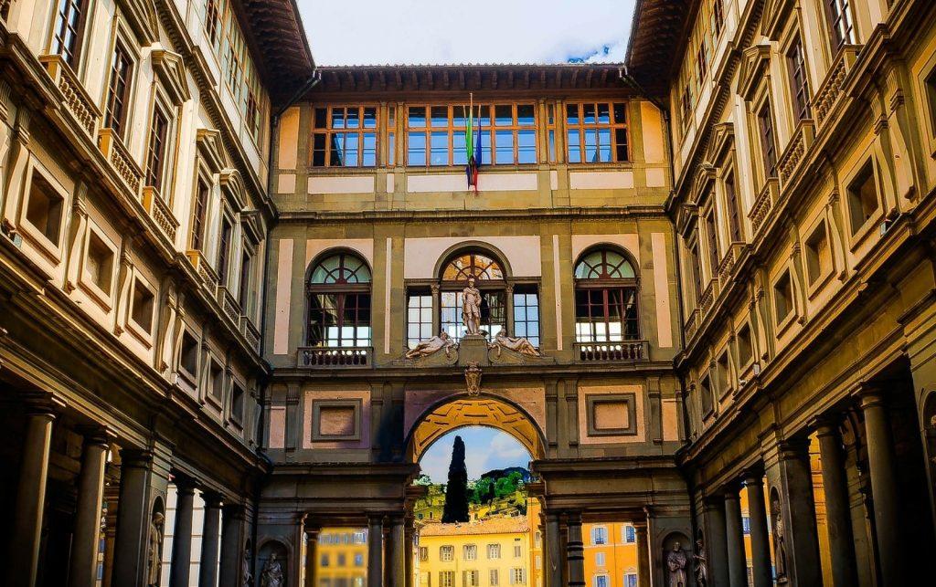 La Galleria degli Uffizi fotografata dall'esterno.