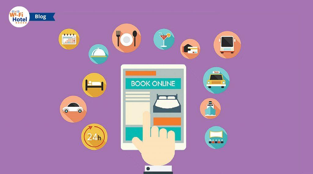 Immagine raffigurante la mano di un utente che sta per prenotare una stanza di hotel su un sito di booking e icone varie relative al mondo dell'hospitality.