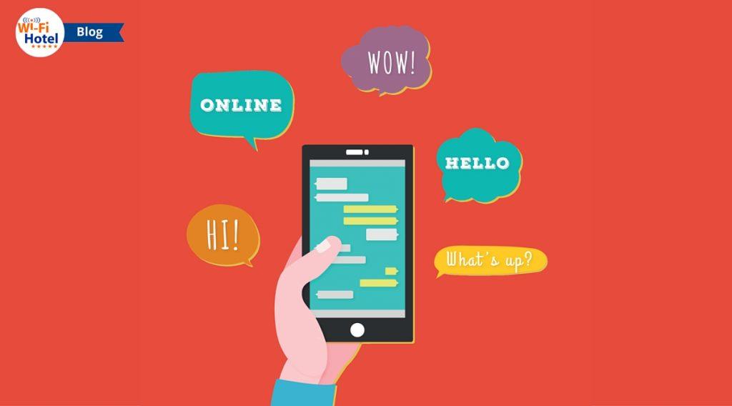Una mano che mostra uno smartphone su cui è visualizzata una finta chat per hotel.