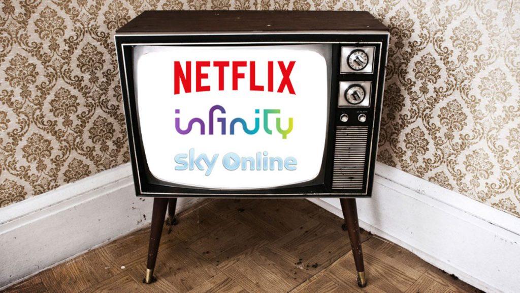 Un televisore anni 50 posto nell'angolo di una stanza che proietta i loghi di Infinity, Sky Online e Netflix in Hotel.