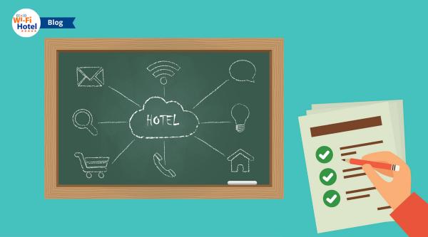 Una Lavagna con disegnati oggetti realtivi alla tecnologia in hotel e una mano che regge una amtita per prendere appunti.