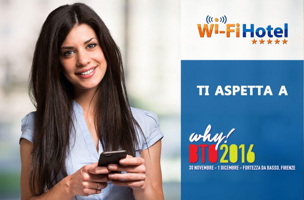 Una donna sorridente con uno smartphone in mano e una tabella con i loghi di WiFi Hotel BTO 2016.