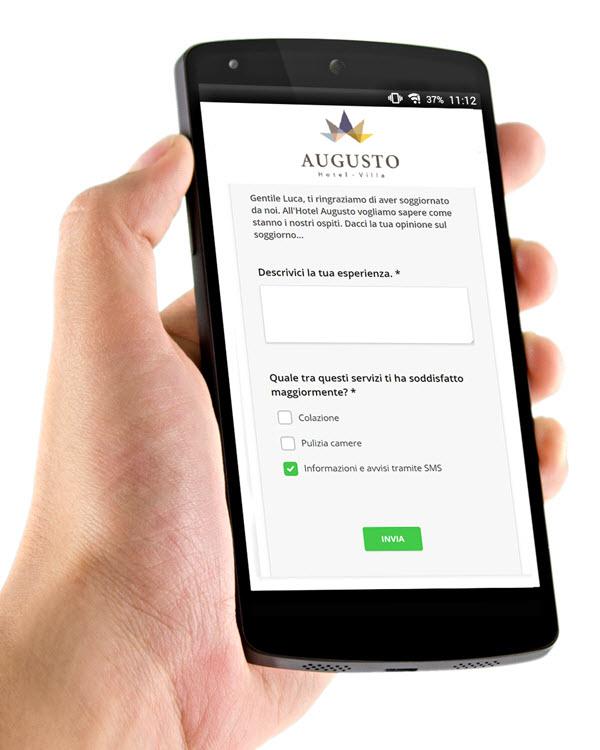 Una mano sorregge uno smartphone su cui è visualizzato un sondaggio di Wi-Fi Hotel.