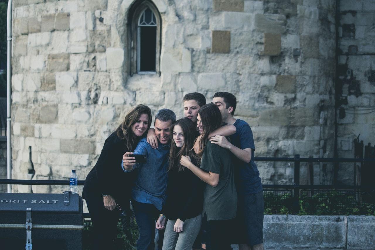 millennials in hotel identità